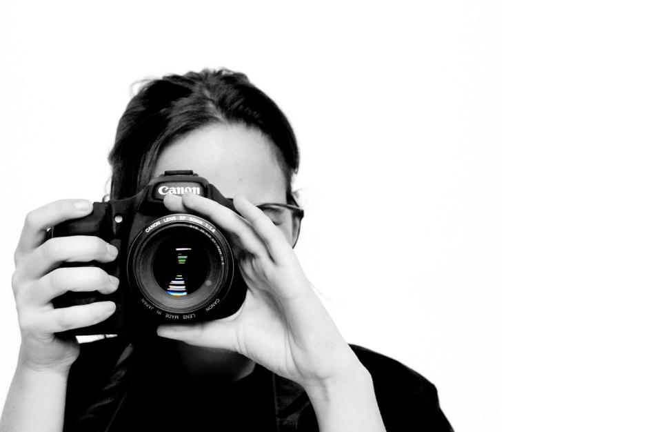 Mujer con cámara de fotos en blanco y negro